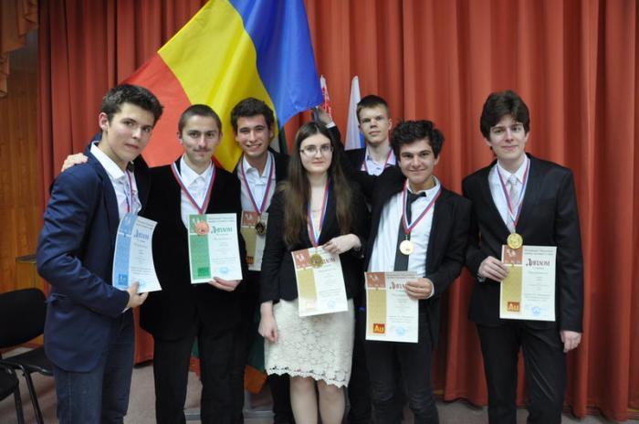 Câştigătorii de la Moscova din 2014, elevul Dumitru Călugăru primul din dreapta